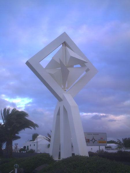 Eine Skulptur Manriques vor seinem ehemaligen Wohnhaus, das heute die Stiftung Cesar Manrique beherbergt