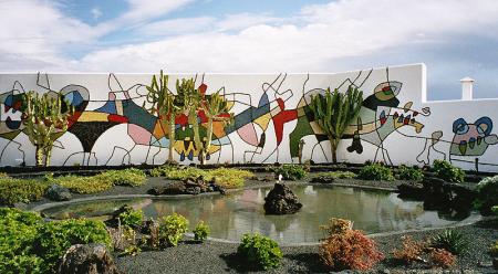 Bemalte Mauer in der Cesar Manrique-Stiftung